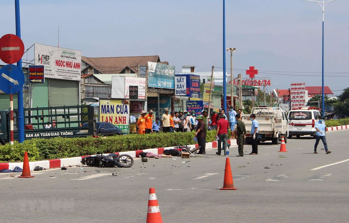 Hiện trường vụ tai nạn giao thông khiến 3 người thương vong.( Ảnh: TTXVN phát)