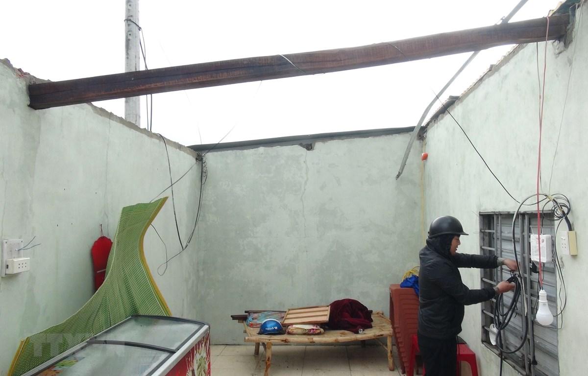 Bão số 13 làm tốc mái nhà ở Quảng Bình. (Ảnh: Đức Thọ/TTXVN)