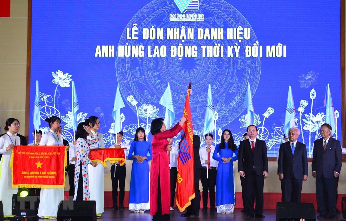Phó Chủ tịch nước Đặng Thị Ngọc Thịnh trao Danh hiệu Anh hùng lao động thời kỳ đổi mới cho Đại học Quốc gia Thành phố Hồ Chí Minh. (Ảnh: Xuân Anh/TTXVN)