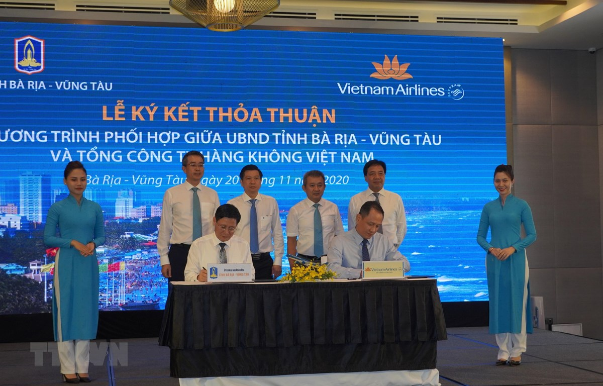Lãnh đạo tỉnh Bà Rịa-Vũng Tàu và lãnh đạo Vietnam Airlines ký kết thỏa thuận. (Ảnh: Huỳnh Ngọc Sơn/TTXVN)
