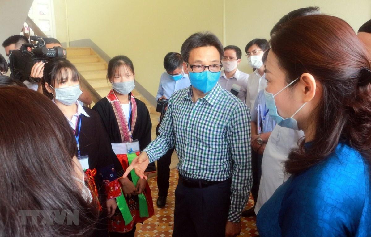Phó Thủ tướng Vũ Đức Đam kiểm tra công tác phòng chống dịch COVID-19 tại Trường Phổ thông dân tộc nội trú tỉnh Quảng Ninh. (Ảnh: Đức Hiếu/TTXVN)