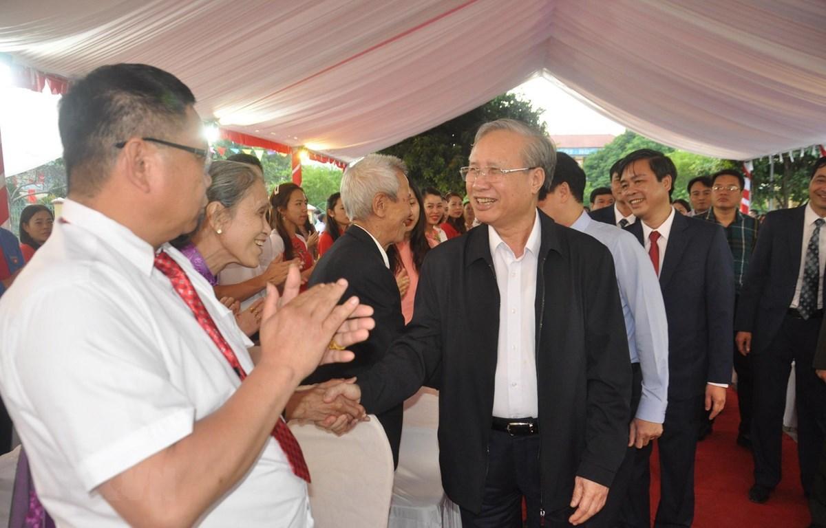 Đồng chí Trần Quốc Vượng, Ủy viên Bộ Chính trị, Thường trực Ban Bí thư và đoàn công tác của Trung ương thăm và chúc mừng giáo viên các trường trên địa bàn xã vùng cao đặc biệt khó khăn Tú Lệ. (Ảnh: Đức Tưởng/TTXVN)