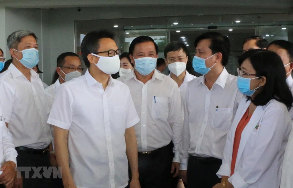 Phó Thủ tướng Vụ Đức Đam cùng Đoàn công tác, trao đổi với tập thể y, bác sỹ Bệnh viện Sản nhi TWG Long An. (Ảnh: Thanh Bình/TTXVN)