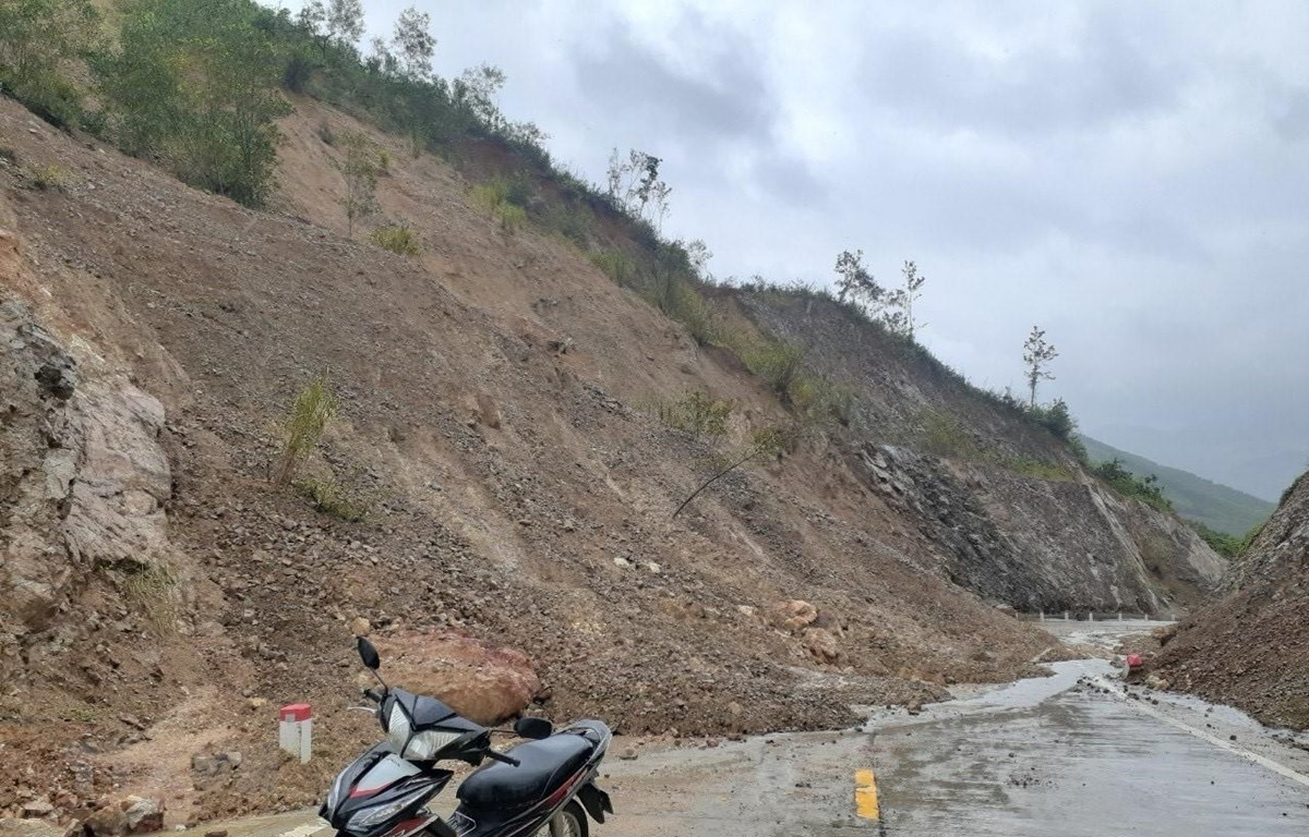 Điểm sạt lở tại Km0+200 đoạn qua Dốc Ruộng (xã Phú Mỡ) thuộc tuyến đường Phú Yên-Gia Lai gây chia cắt giao thông. (Ảnh: TTXVN phát)