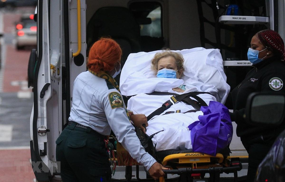 Chuyển bệnh nhân nhiễm COVID-19 tới bệnh viện Tisch ở New York, Mỹ. (Ảnh: AFP/TTXVN)