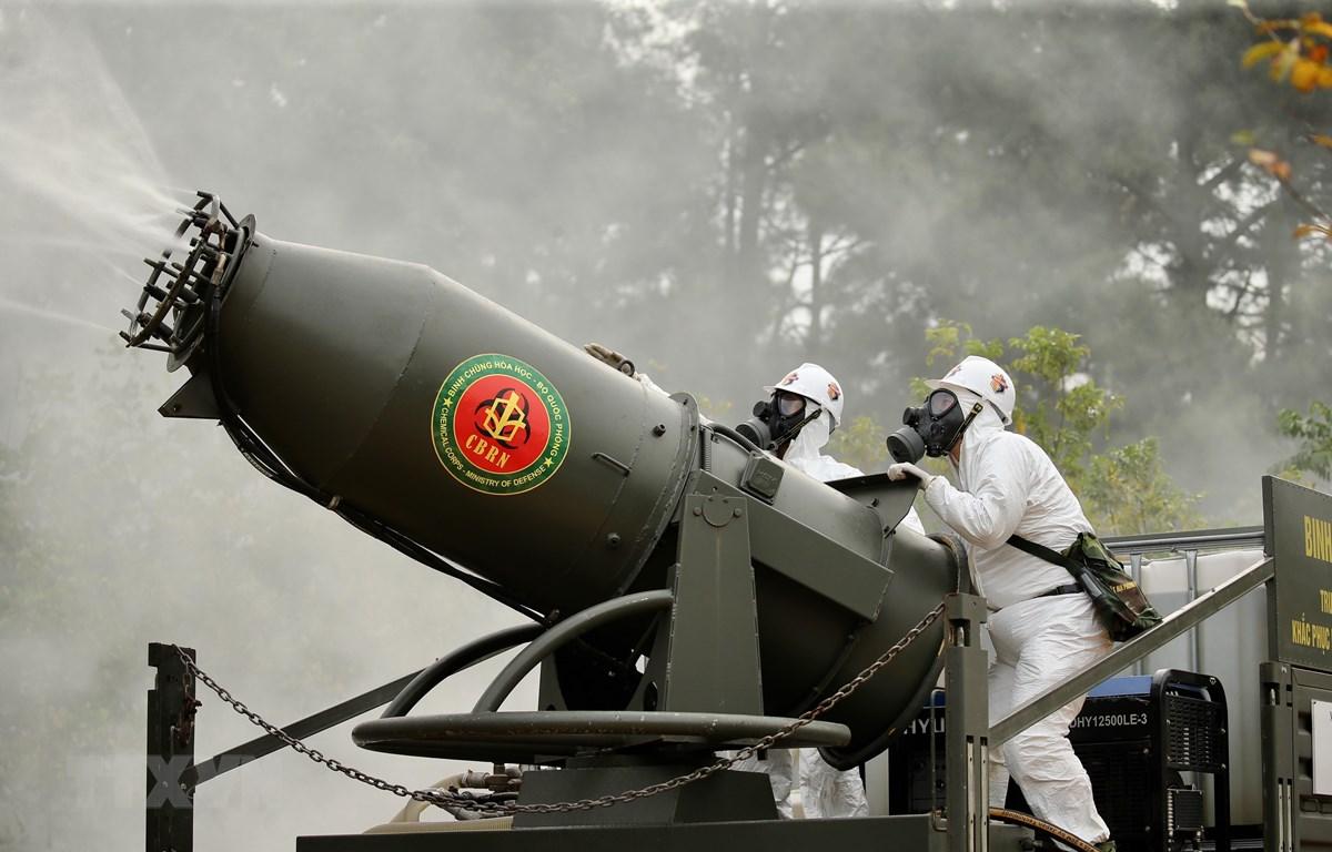 Lực lượng Bộ đội hóa học sử dụng trang bị hiện đại khắc phục sự cố hóa chất tại hiện trường. (Ảnh: Dương Giang/TTXVN)