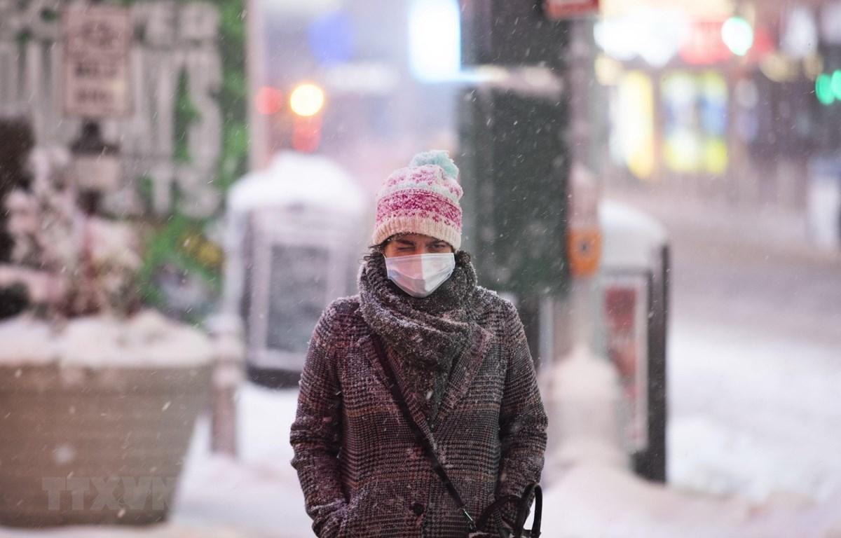 Người dân di chuyển trên đường phố tại New York, Mỹ. (Ảnh: THX/TTXVN)