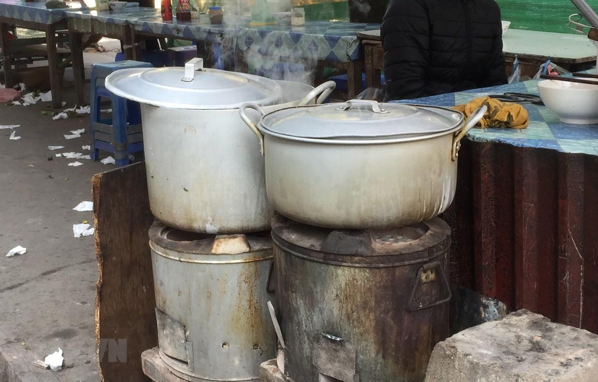 Bếp than tổ ong được người dân sử dụng làm phương tiện đun nấu tại phường Phú Lãm, quận Hà Đông, Hà Nội. (Ảnh: Minh Nghĩa/TTXVN)