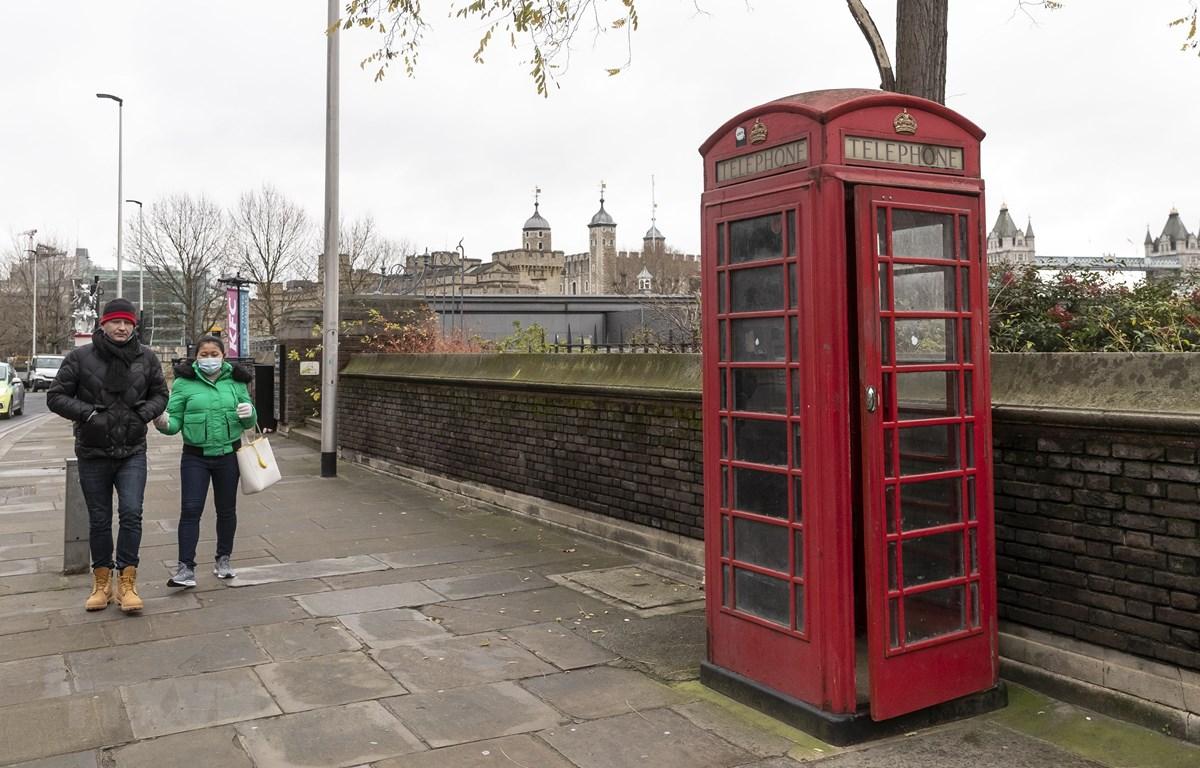 Cảnh vắng vẻ trên cầu Tháp ở London ngày 5/1. (Ảnh: THX/TTXVN)