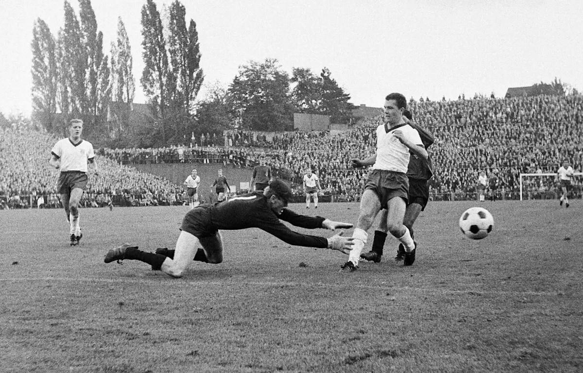 Thủ môn Sepp Maier và Libero Franz Beckenbauer đã có một ngày thi đấu vất vả trên sân Bökelberg (Ảnh: FCB)