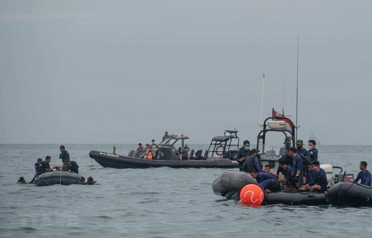 Lực lượng hải quân Indonesia tham gia tìm kiếm chiếc máy bay gặp nạn của hãng hàng không Sriwijaya Air. (Ảnh: THX/TTXVN)