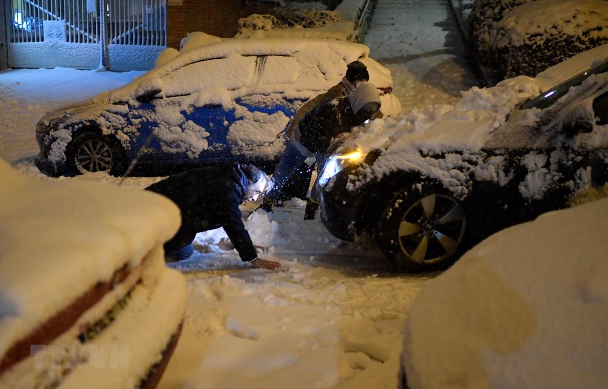 Các phương tiện mắc kẹt do tuyết rơi dày đặc tại Madrid, Tây Ban Nha, ngày 8/1. (Ảnh: AFP/ TTXVN)