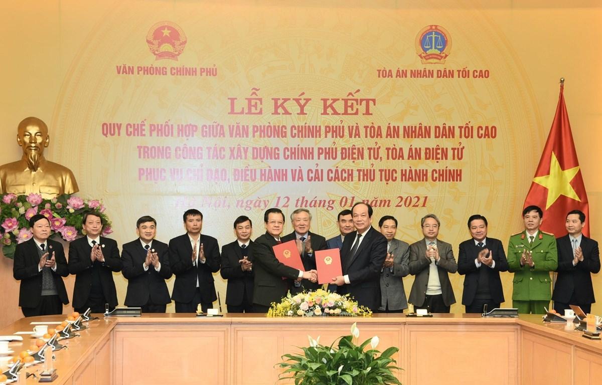 Bộ trưởng, Chủ nhiệm Văn phòng Chính phủ Mai Tiến Dũng và Phó Chánh án Thường trực Tòa án nhân dân tối cao Lê Hồng Quang ký Quy chế phối hợp. (Ảnh: Doãn Tấn/TTXVN)