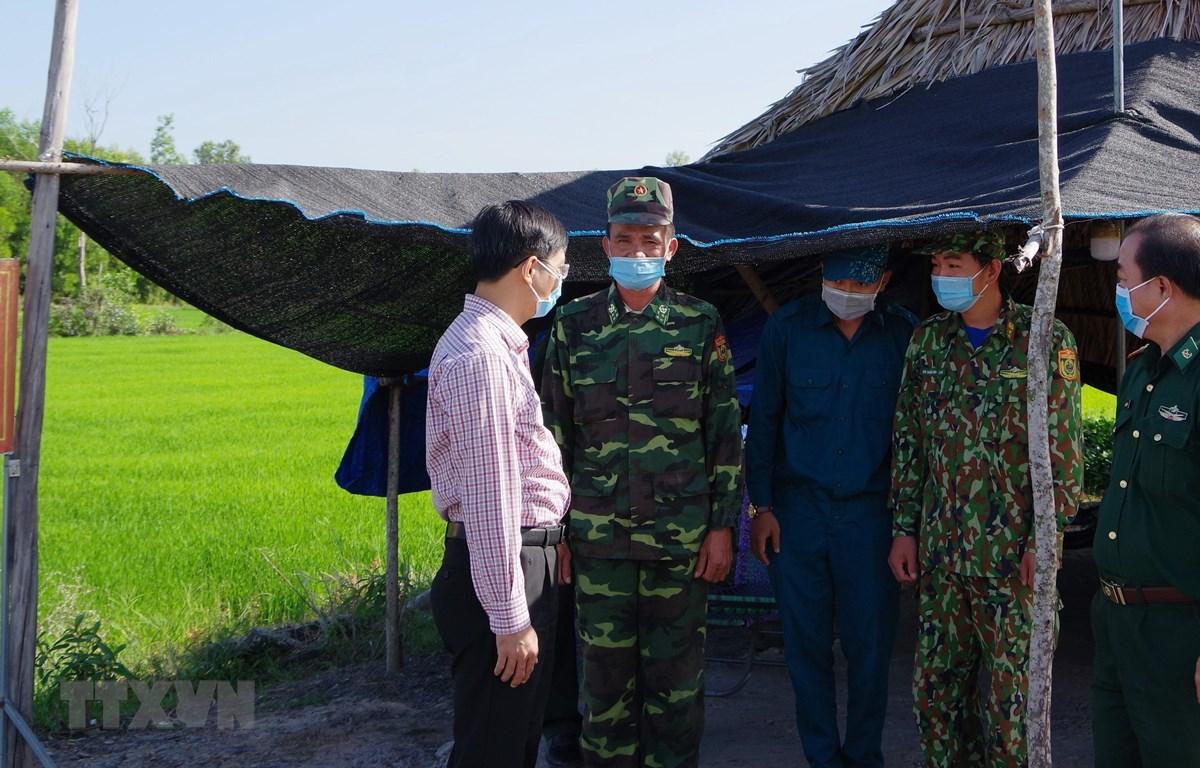Ông Nguyễn Thành Tâm, Bí thư Tỉnh ủy Tây Ninh (bên trái) thăm, động viên cán bộ chiến sỹ tại chốt chống dịch trên tuyến biên giới. (Ảnh: Lê Đức Hoảnh/TTXVN)