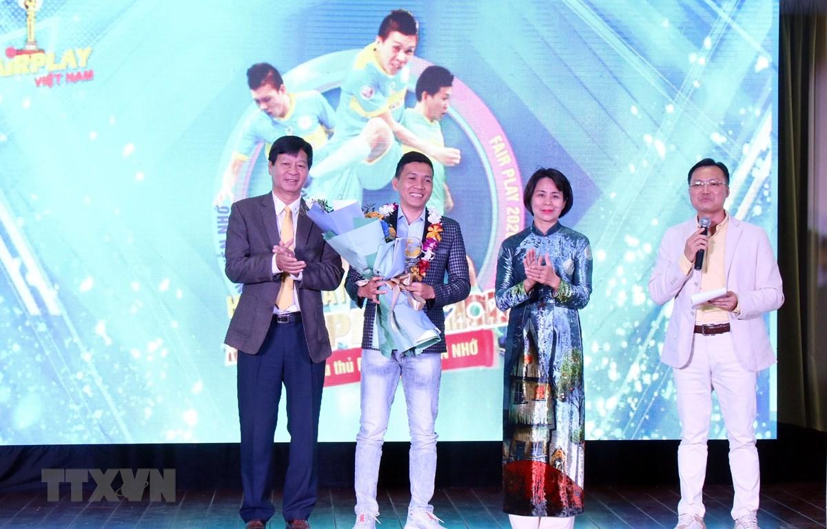 Trong ảnh: Trao giải nhất Fair Play 2020 cho cầu thủ Futsal Nguyễn Nhớ. (Ảnh: Tiến Lực/TTXVN)