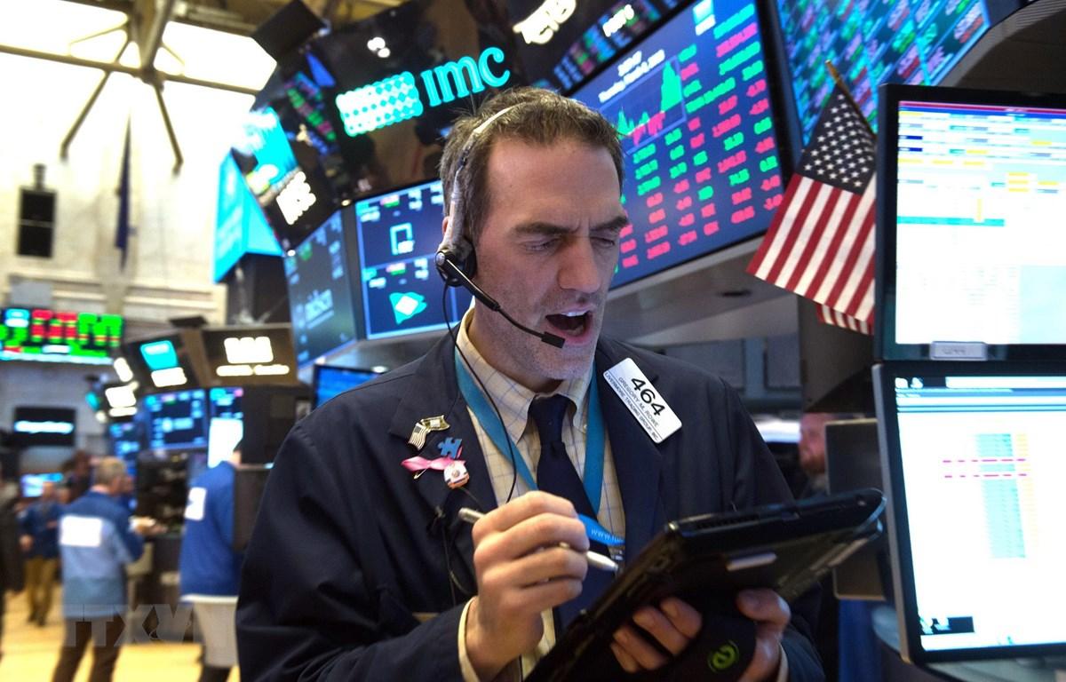 Hoạt động tại sàn giao dịch chứng khoán New York, Mỹ.( Ảnh: AFP/TTXVN)