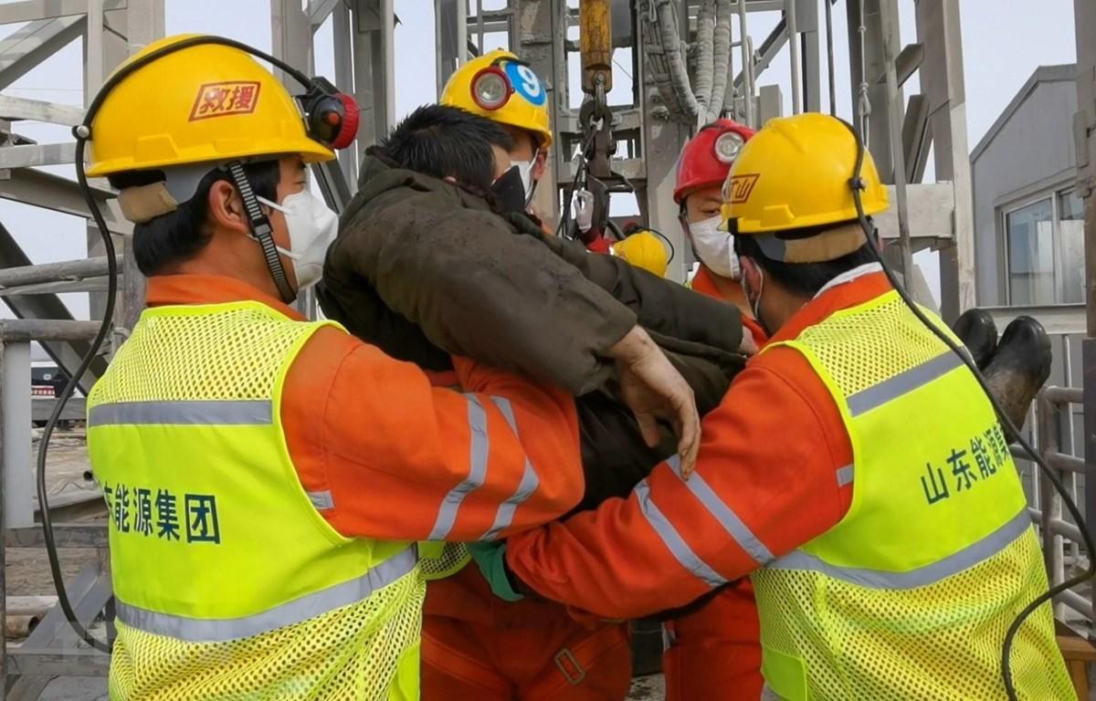 Lực lượng cứu hộ giải cứu thợ mỏ bị mắc kẹt trong vụ sập mỏ vàng ở tỉnh Sơn Đông, miền đông Trung Quốc, ngày 24/1/2021. (Ảnh: THX/TTXVN)