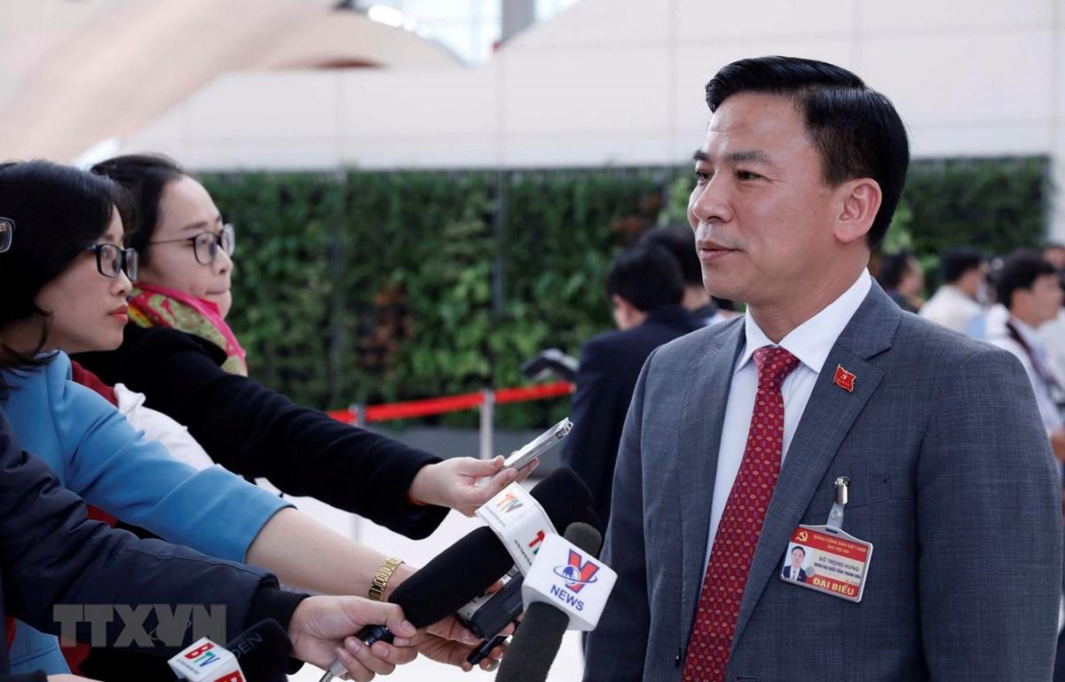 Đồng chí Đỗ Trọng Hưng (Đoàn đại biểu Đảng bộ tỉnh Thanh Hoá) trả lời phỏng vấn của phóng viên các cơ quan thông tấn, báo chí. (Ảnh: TTXVN)