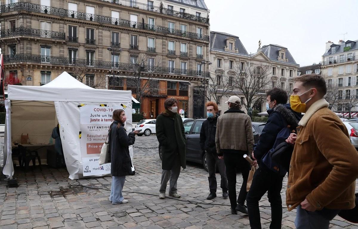 Người dân chờ xét nghiệm COVID-19 tại một điểm xét nghiệm ở Paris, Pháp ngày 16/12/2020. (Ảnh: THX/TTXVN)