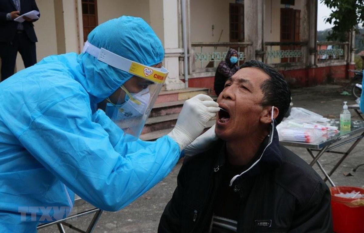 Lấy mẫu xét nghiệm SARS-CoV-2 cho người dân tại xã Hưng Đạo, thành phố Chí Linh chiều 28/1. (Ảnh: Mạnh Minh/TTXVN)