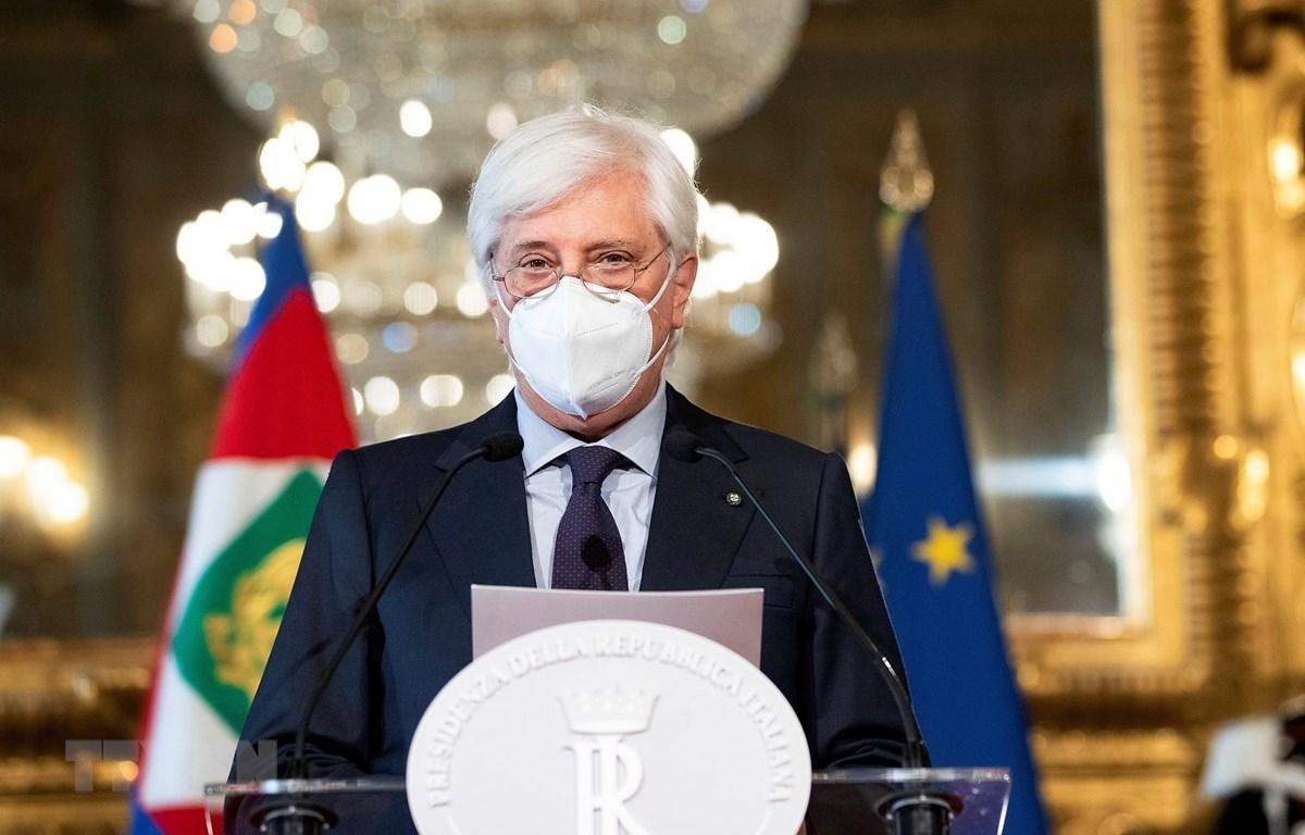 Tổng Thư ký Phủ Tổng thống Italy Ugo Zampetti đọc thông báo chính thức về việc Thủ tướng Giuseppe Conte đệ đơn từ chức lên Tổng thống nước này Sergio Mattarella, tại Rome. (Ảnh: AFP/TTXVN)