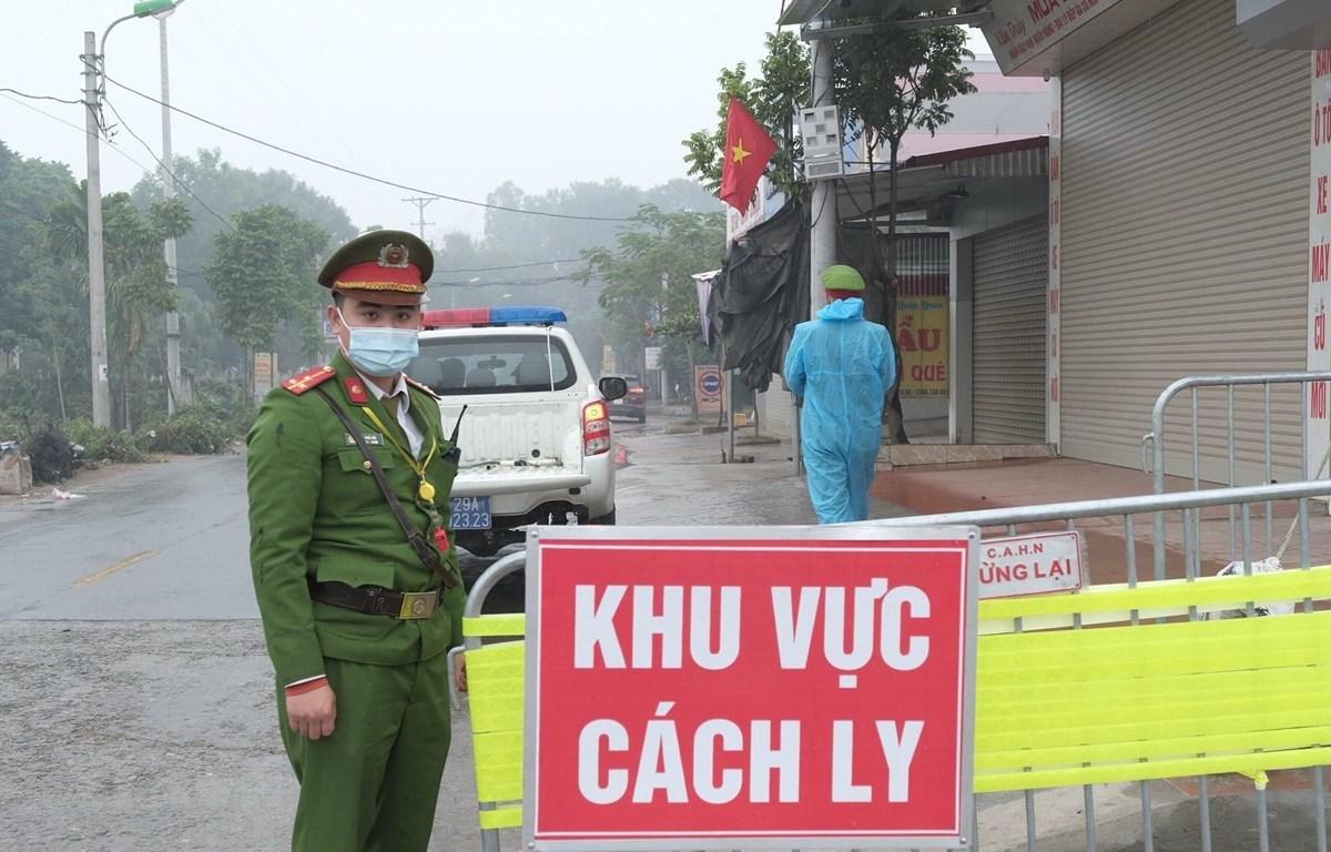 Lực lượng chức năng lập chốt tại Mê Linh, Vĩnh Phúc. (Ảnh: Phạm Hùng/TTXVN phát)
