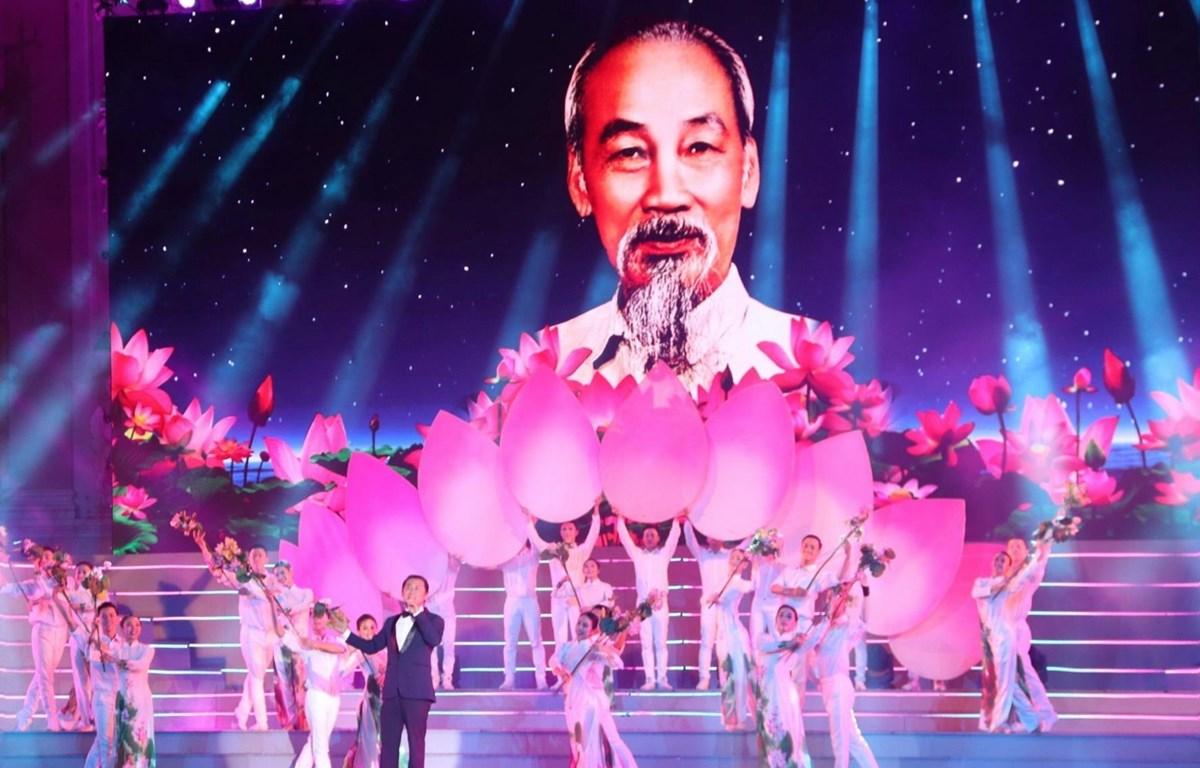 Ca khúc 'Lời Bác sáng mãi muôn đời' do nghệ sỹ nhân dân Tạ Minh Tâm thể hiện. (Ảnh: Thu Hương/TTXVN)
