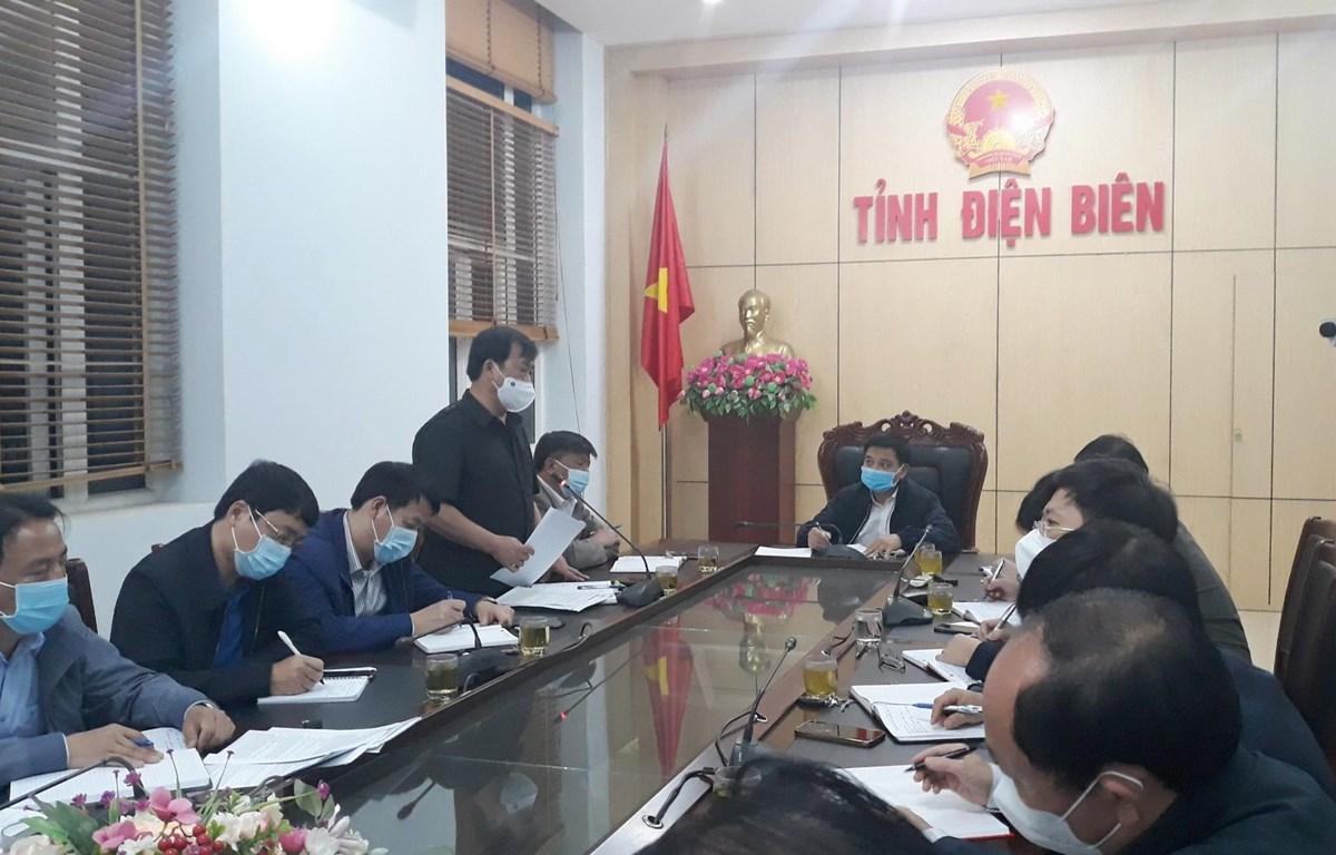 Ông Vừ A Bằng, Phó Chủ tịch UBND tỉnh Điện Biên, Phó trưởng Ban chỉ đạo phòng, chống dịch COVID-19 tỉnh thông tin tình hình dịch COVID-19 trên địa bàn. (Ảnh: TTXVN phát)