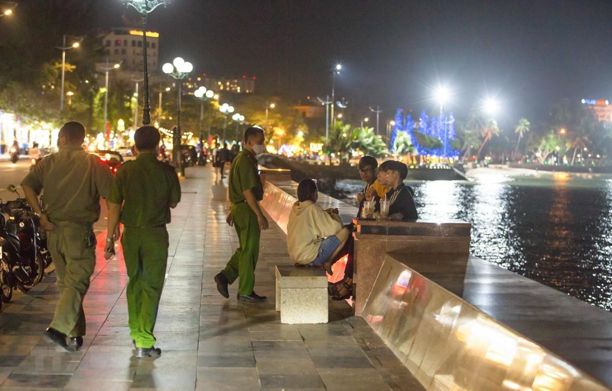 Lực lượng chức năng của thành phố Vũng Tàu kiểm tra, xử lý các trường hợp người dân không đeo khẩu trang nơi công cộng. (Ảnh: Hoàng Nhị/TTXVN)