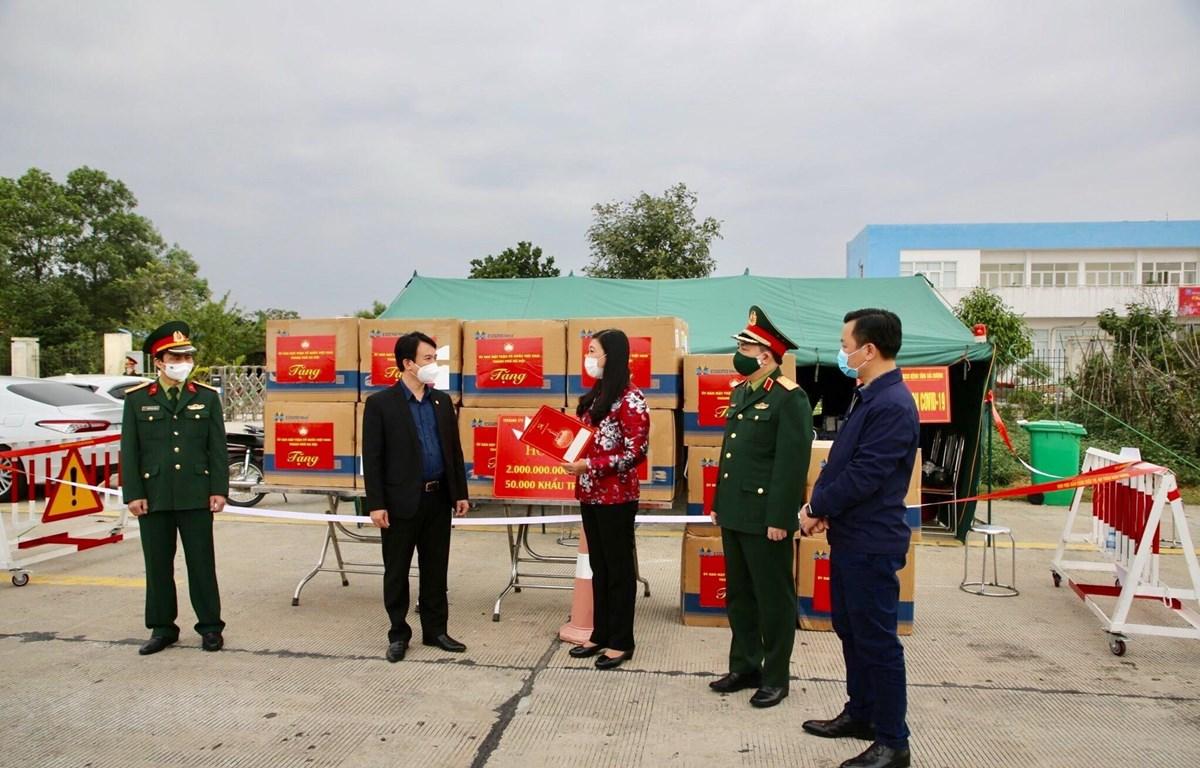 Chủ tịch Ủy ban Mặt trận Tổ quốc Việt Nam thành phố Hà Nội Nguyễn Lan Hương trao hỗ trợ cho tỉnh Hải Dương. (Ảnh: Nguyễn Thắng/TTXVN)