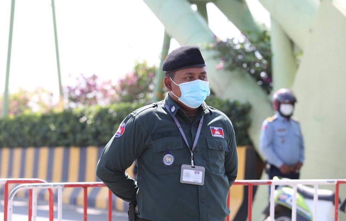 Lực lượng chức năng Campuchia làm nhiệm vụ tại Koh Pich. (Ảnh: TTXVN phát)