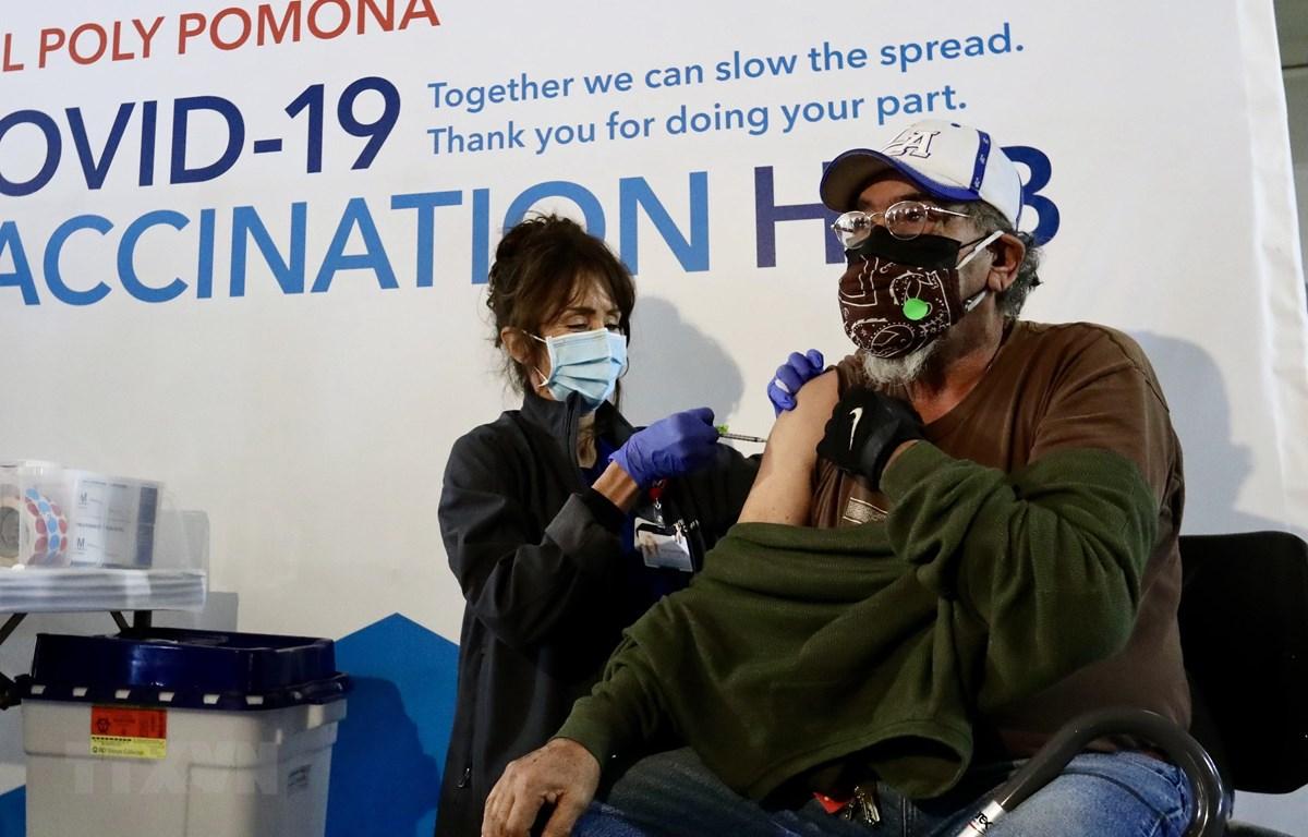 Tiêm chủng vaccine ngừa COVID-19 tại Los Angeles, Mỹ. (Ảnh: THX/TTXVN)