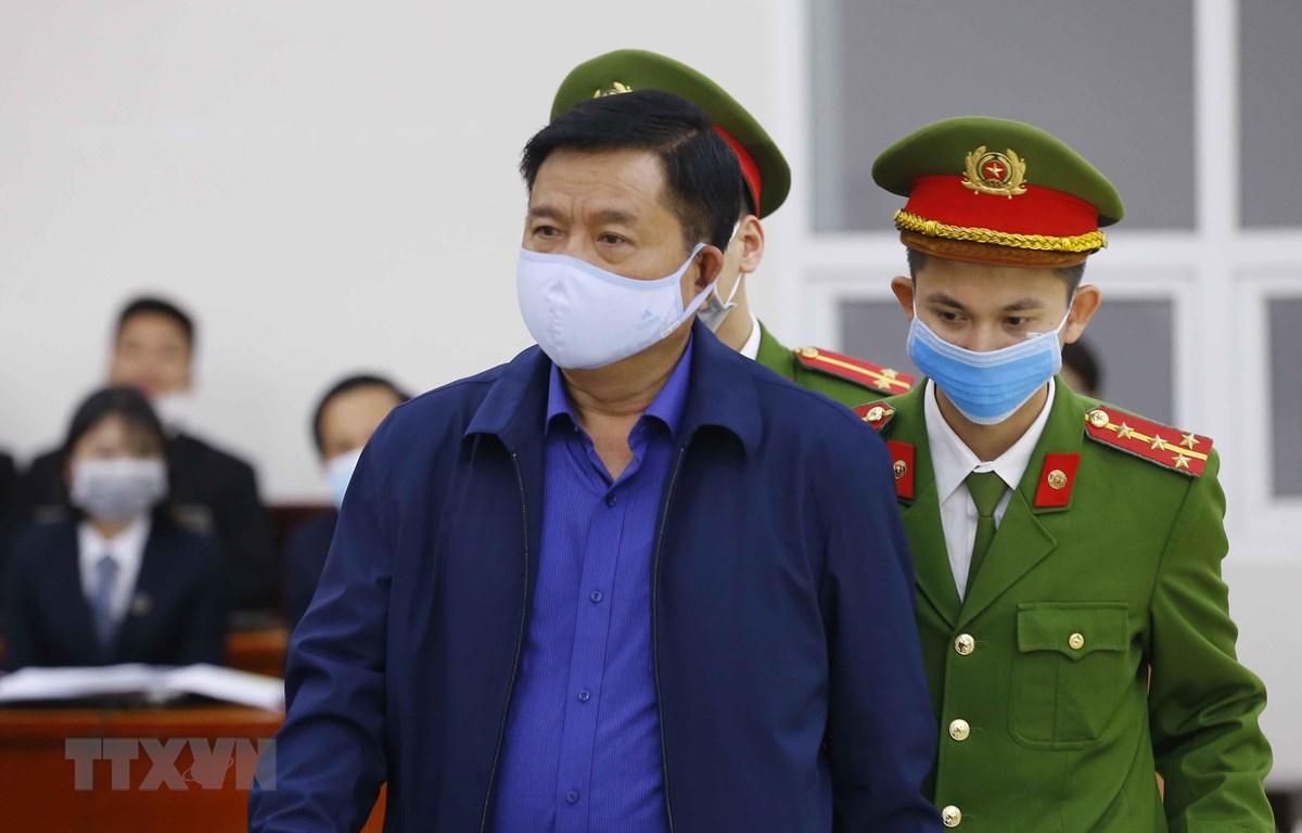 Cảnh sát dẫn giải bị cáo Đinh La Thăng vào phiên tòa xét xử. (Ảnh: Doãn Tấn/TTXVN)