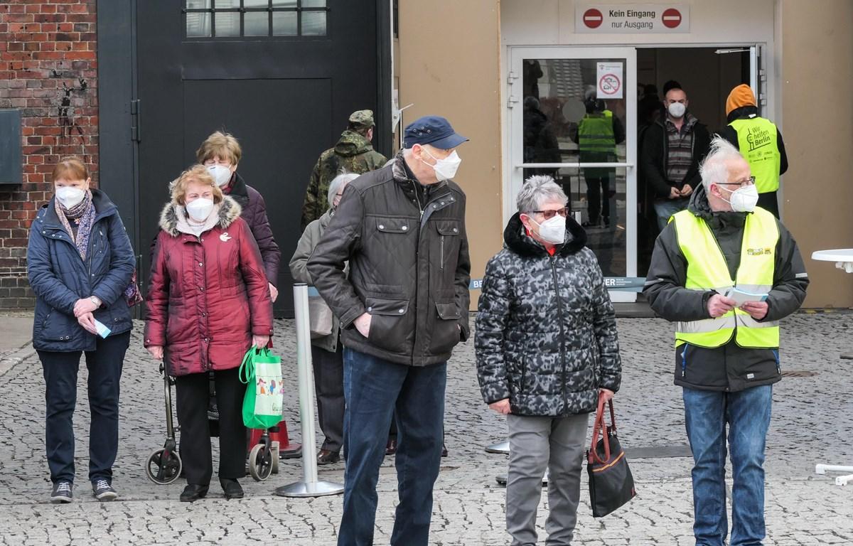 Người dân đeo khẩu trang phòng dịch COVID-19 tại Berlin, Đức. (Ảnh: THX/TTXVN)