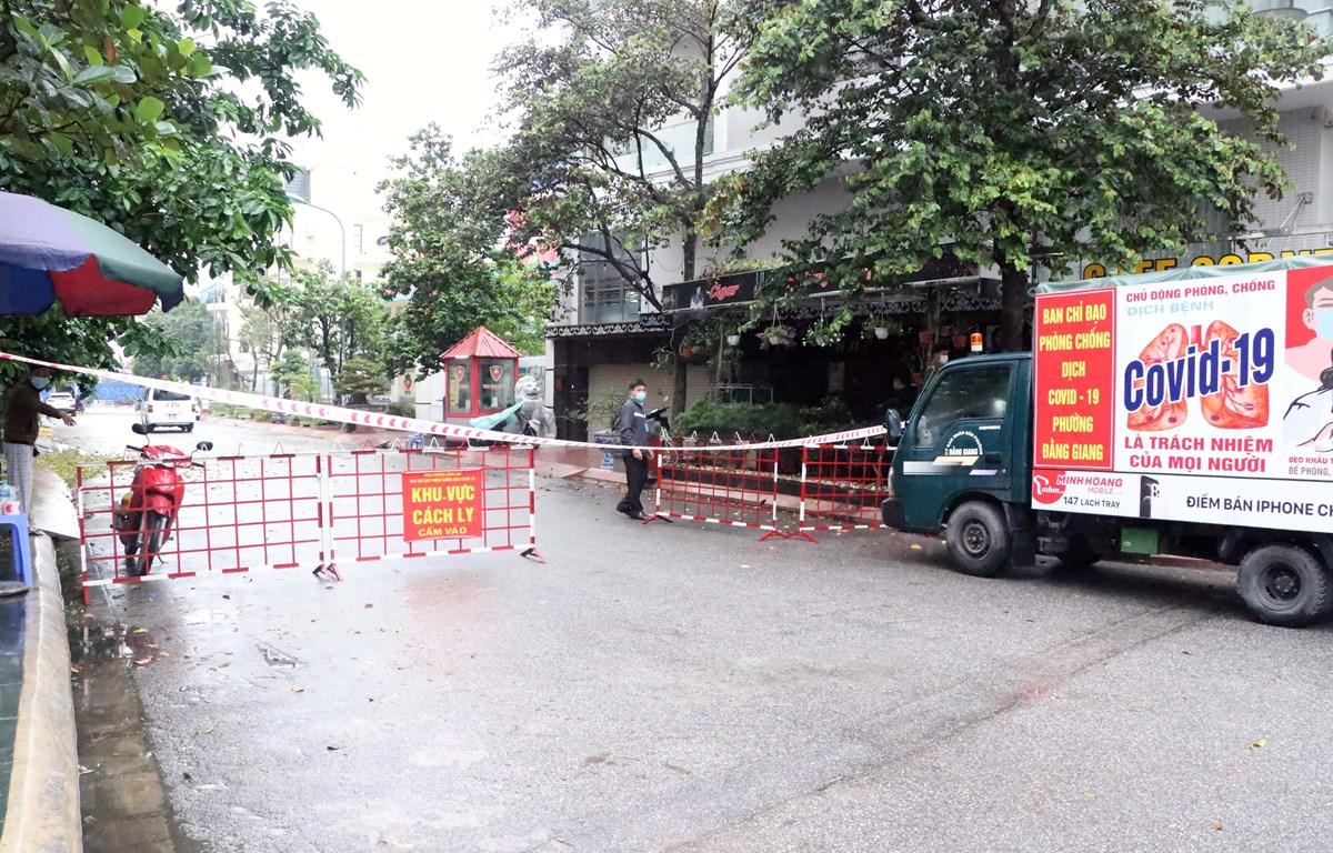 Khách sạn Pari ở số 2/8A Lê Hồng Phong, Phường Đằng Giang, Quận Ngô Quyền, nơi Đ.T.T.P và N.T.T lưu trú, được phong tỏa chặt chẽ. (Ảnh: Hoàng Ngọc/TTXVN)