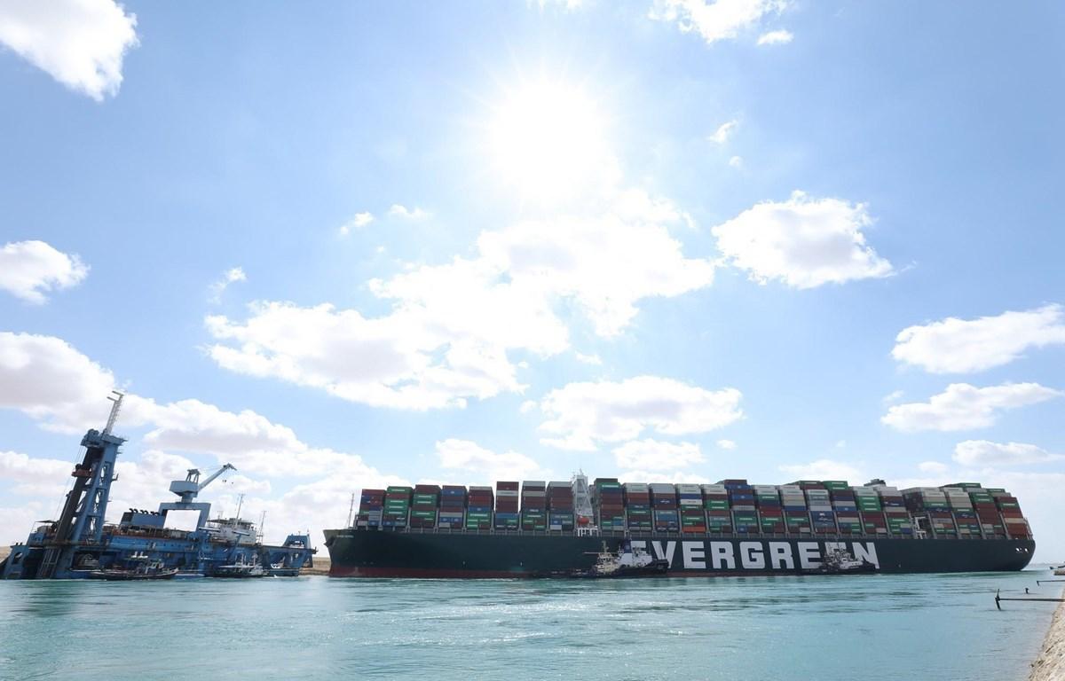 Tàu cứu hộ nỗ lực giải cứu tàu container Ever Given bị mắc cạn tại kênh đào Suez. (Nguồn: AFP)
