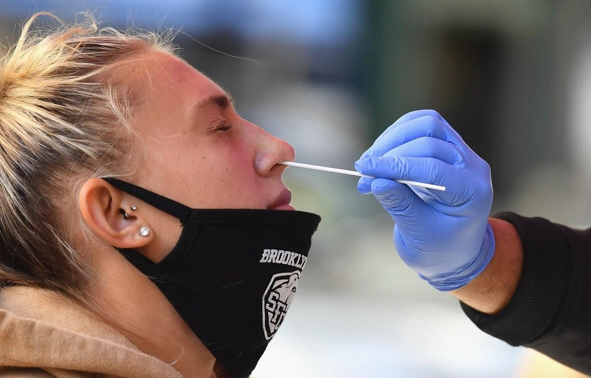 Nhân viên y tế lấy mẫu xét nghiệm COVID-19 tại New York, Mỹ. (Ảnh: AFP/TTXVN)