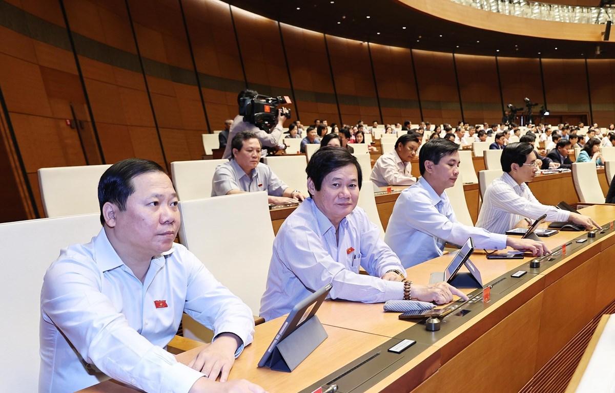 Trong ảnh: Các đại biểu Quốc hội biểu quyết miễm nhiệm một số ủy viên Ủy ban Thường vụ Quốc hội. (Ảnh: Trọng Đức/TTXVN)