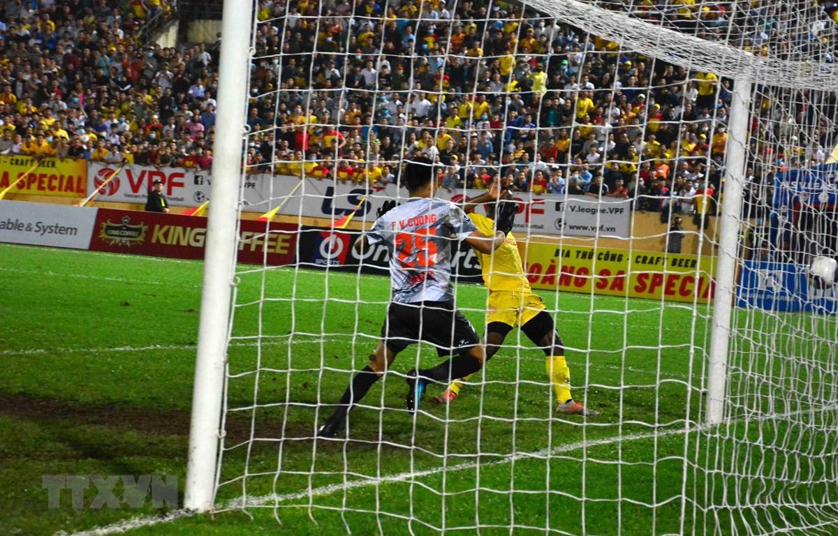 Oussou Konan (áo vàng) ấn định chiến thắng cho câu lạc bộ Nam Định. (Ảnh: Công Luật - TTXVN)