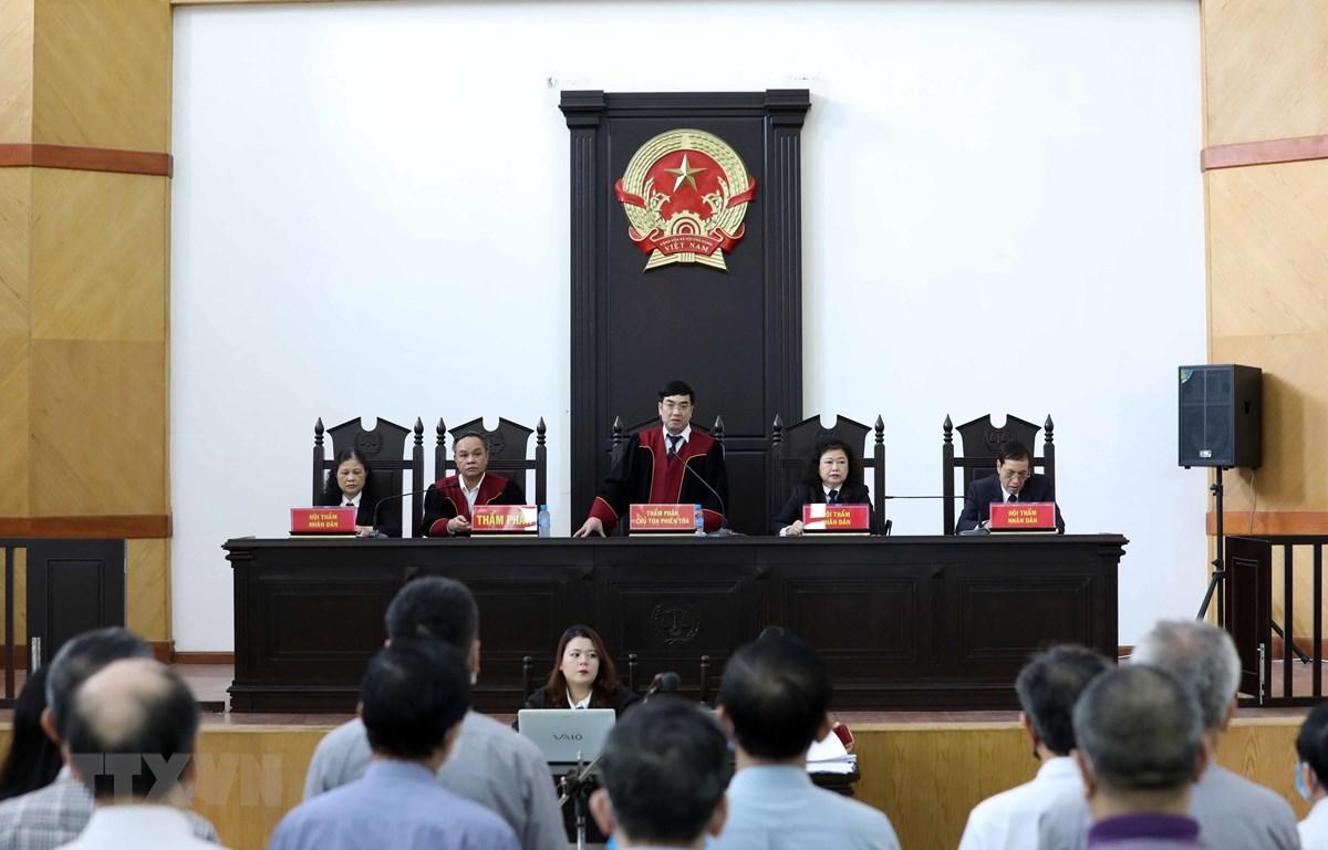 Thẩm phán, Chủ tọa Phiên tòa Phan Huy Cương tuyên án phạt các bị cáo. (Ảnh: Phạm Kiên/TTXVN)