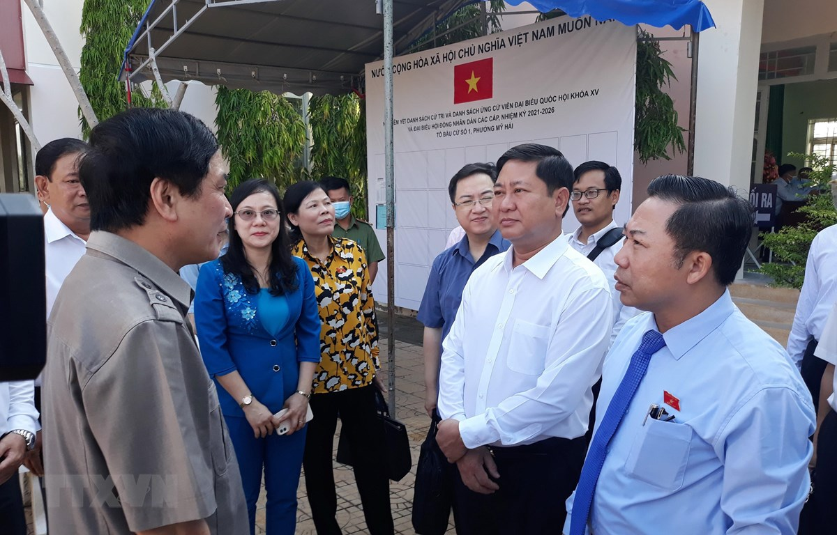 Đoàn kiểm tra, giám sát công tác chuẩn bị bầu cử tại khu vực bỏ phiếu số 01, UBND phường Mỹ Hải, thành phố Phan Rang-Tháp Thàm. (Ảnh: Nguyễn Thành/TTXVN)