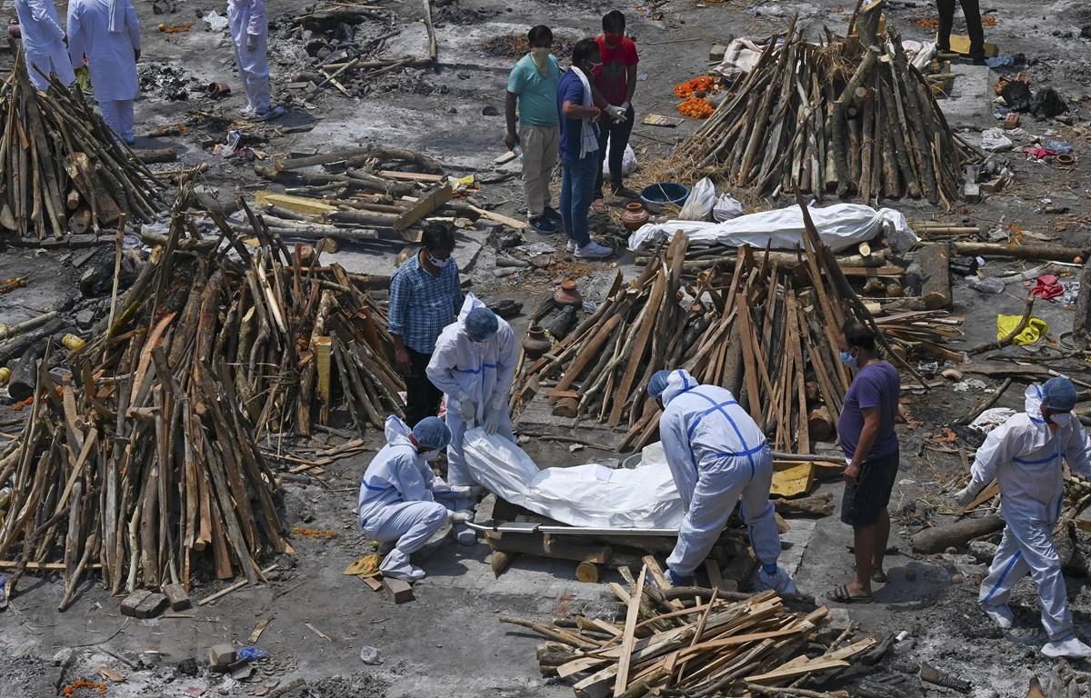 Hỏa táng thi thể bệnh nhân COVID-19 tại New Delhi, Ấn Độ ngày 27/4/2021. (Ảnh: AFP/TTXVN)