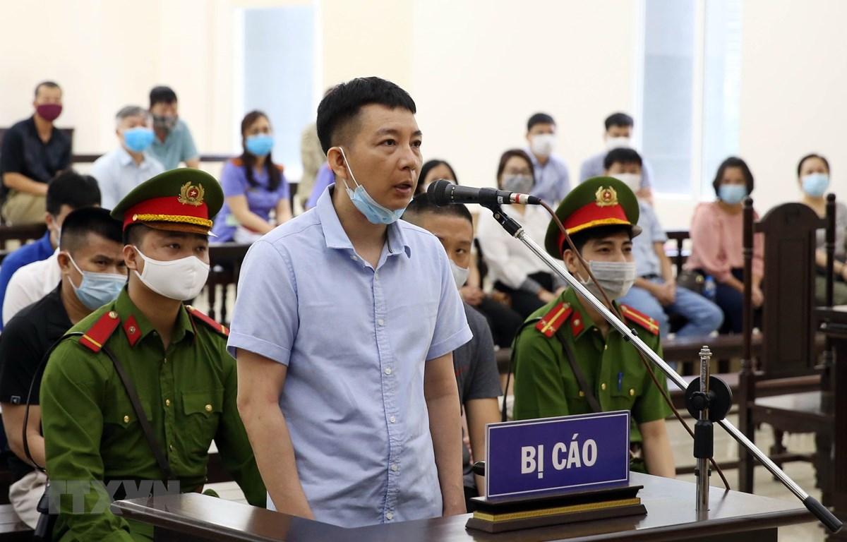 Bị cáo Trần Ngọc Ánh (Phó Tổng giám đốc Công ty Nhật Cường) khai báo trước tòa. (Ảnh: Phạm Kiên/TTXVN)