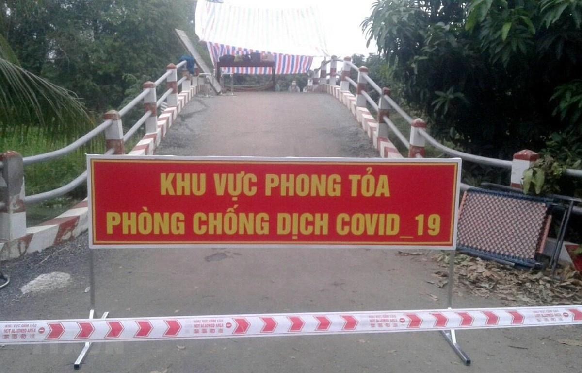 Khu vực tổ 10 và tổ 14, ấp Bình Trung, xã Bình Phước Xuân, huyện Chợ Mới, tỉnh An Giang - nơi bệnh nhân 2606 tái dương tính với SARS-CoV-2 bị tạm thời phong tỏa. (Ảnh: Công Mạo/TTXVN)