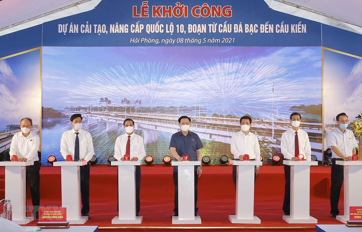 Chủ tịch Quốc hội Vương Đình Huệ và các đại biểu thực hiện nghi thức khởi công. (Ảnh: Doãn Tấn/TTXVN)
