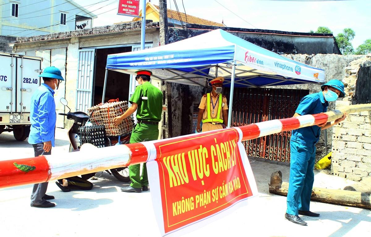 Phong tỏa 5 thôn tại xã Quỳnh Lập, thị xã Hoàng Mai (Nghệ An). (Ảnh: Tá Chuyên/TTXVN)