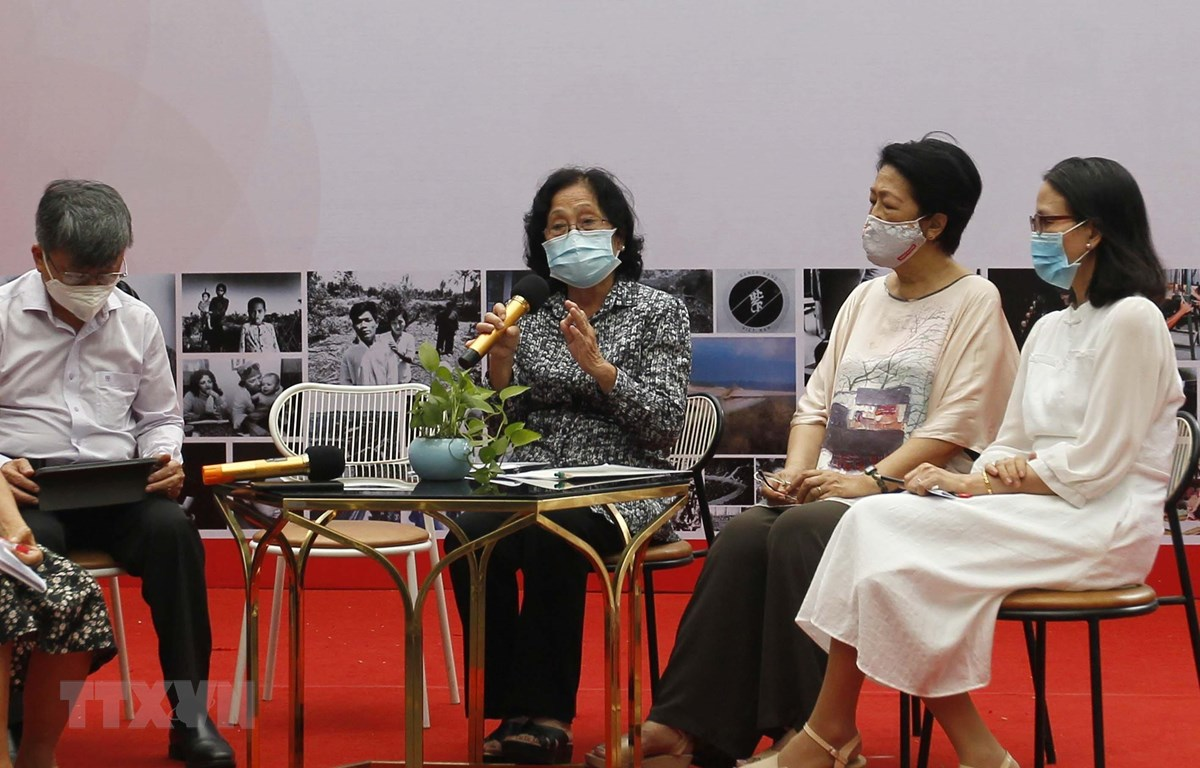 Các khách mời chia sẻ tại tọa đàm. (Ảnh: Thanh Vũ/TTXVN)