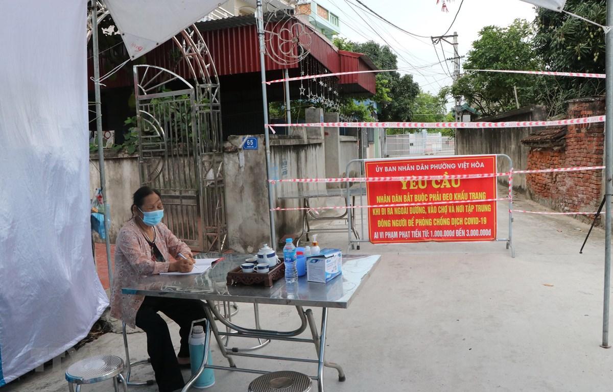 Khoanh vùng, xử lý dịch tại nơi ở của ca mắc N.V.V, địa chỉ tại khu 1, phường Việt Hòa, thành phố Hải Dương. (Ảnh: Mạnh Tú/TTXVN)