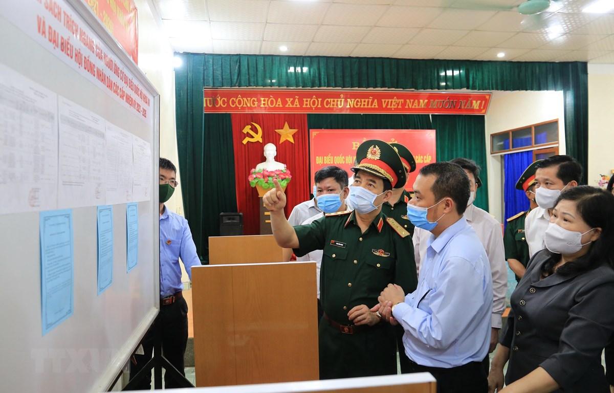 Bộ trưởng Bộ Quốc phòng, Thượng tướng Phan Văn Giang kiểm tra thực tế công tác bầu cử tại khu vực bỏ phiếu số 4 ở Tổ 9, phường Phùng Chí Kiên, thành phố Bắc Kạn. (Ảnh: TTXVN phát)