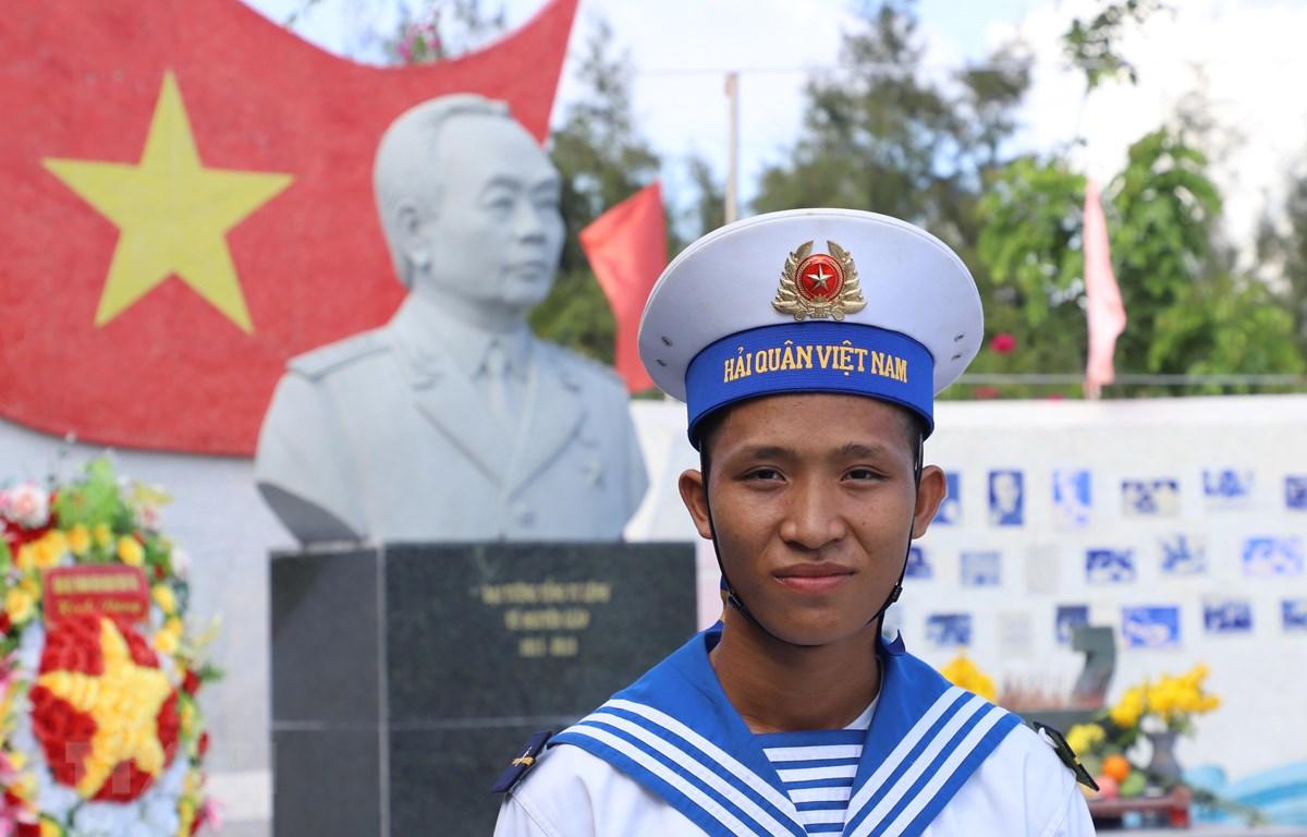 Binh nhất Nguyễn Văn Khánh (20 tuổi), chiến sỹ đảo Sơn Ca-quần đảo Trường Sa (huyện Trường Sa, tỉnh Khánh Hoà) vinh dự, tự hào khi lần đầu trong đời được bầu cử. (Ảnh: Sỹ Tuyên/TTXVN)